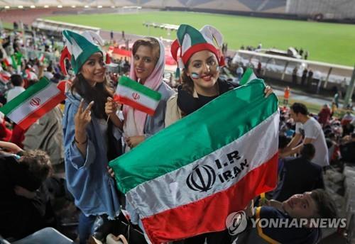 작년 6월 아자디스타디움에서 열린 월드컵 경기 단체 응원전에 참여한 이란 여성들