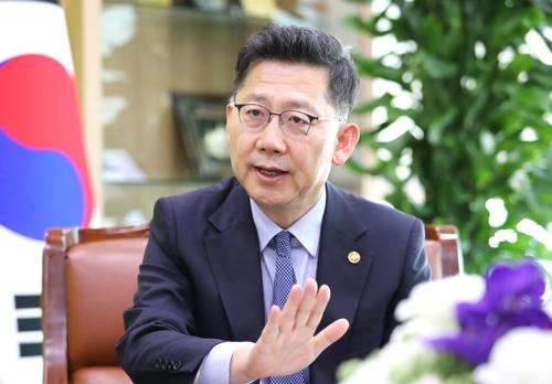 연합뉴스와 인터뷰하는 김현수 장관