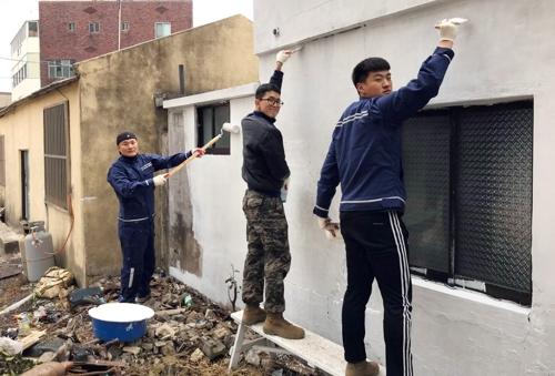 제주시 조천읍 독거노인 집 외벽 페인트 칠을 하고 있는 김기용 상사와 대원들