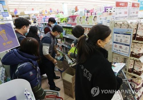 북적이는 마스크 판매대(사진은 기사와 직접 관련 없음) [연합뉴스 자료사진]