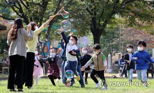 뛰노는 어린이들