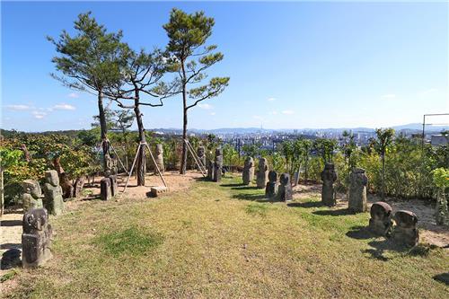 야외 전시장인 '돌의 정원'에서는 탁 트인 서울 시내 전경과 함께 다양한 석조 유물을 감상할 수 있다. [사진/조보희 기자]