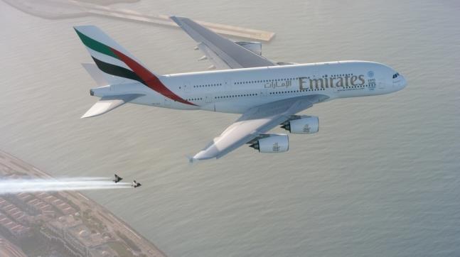 윙수트 입고 A380과 비행하는 뱅스 르페