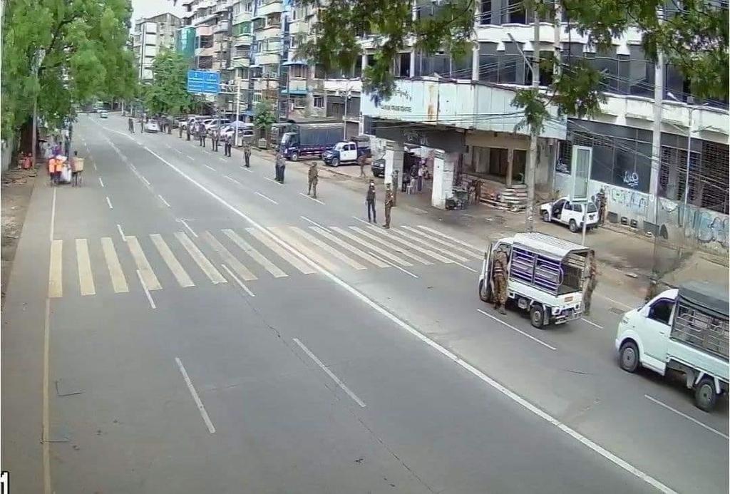 도로 변에서 지나가는 차량들을 검문검색하는 미얀마 군경들.