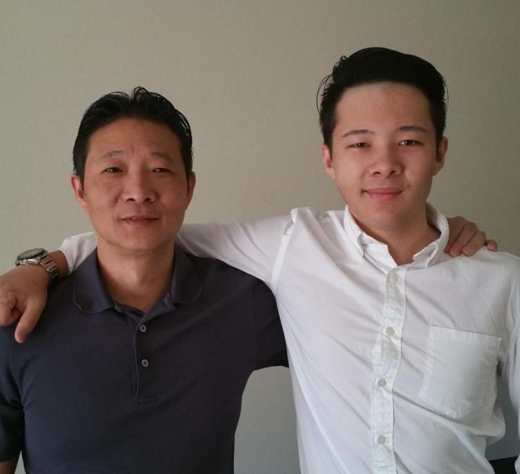 오성민(왼쪽)씨가 아들과 함께 포즈를 취했다