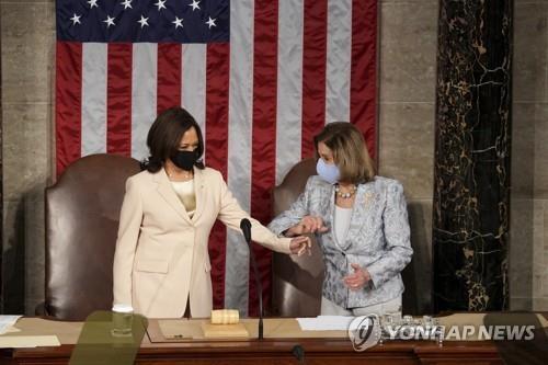 (워싱턴 AP=연합뉴스) 카멀라 해리스(왼쪽) 부통령 겸 상원의장과 낸시 펠로시(오른쪽) 하원의장