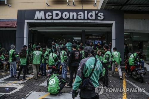맥도날드 앞에 BTS메뉴 사러 줄선 배달 기사들