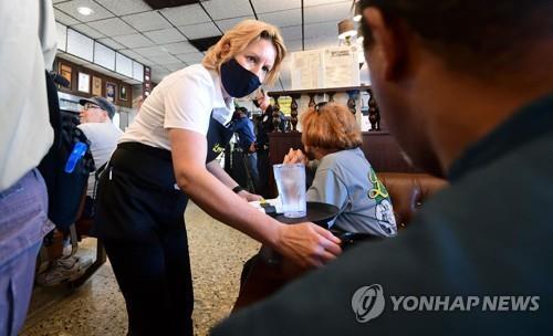 미국 LA의 한 식당에서 마스크를 쓴 여종업원이 서빙을 하고 있다. [AFP=연합뉴스 자료사진]
