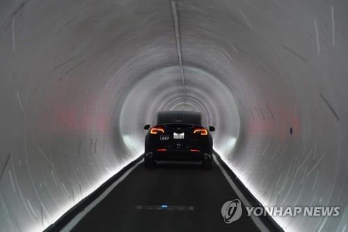 지난달 8일(현지시간) 미국 라스베이거스 컨벤션센터의 지하 터널을 이동하는 테슬라 자동차.[AP=연합뉴스 자료사진]