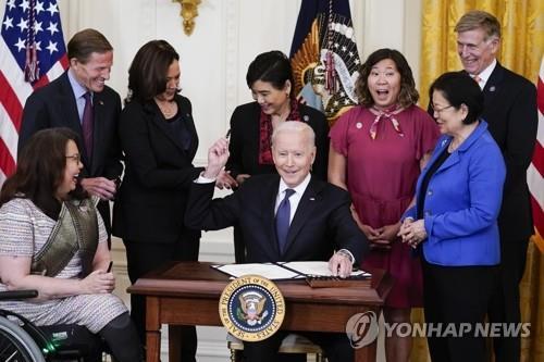 '아시아계 증오범죄 방지법' 서명하는 바이든 미 대통령