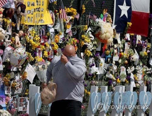 미국 플로리다주 아파트 붕괴 사고 현장 인근의 추모 장소에서 한 시민이 눈물을 훔치고 있다. [AFP=연합뉴스 자료사진]