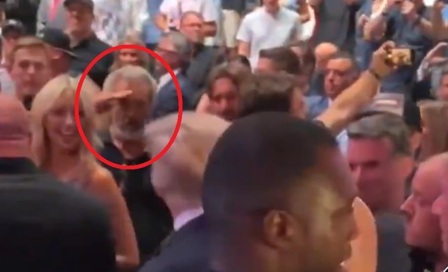 트럼프 전 미국 대통령에게 거수경례하는 멜 깁슨[더콜럼비아뷰글 트위터에 올라온 영상 캡처(@ColumbiaBugle). 재판매 및 DB금지]