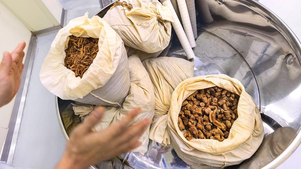 찌고 남은 잔뿌리와 굵은 삼은 피부 미용 등에도 활용한다. [사진/성연재 기자]