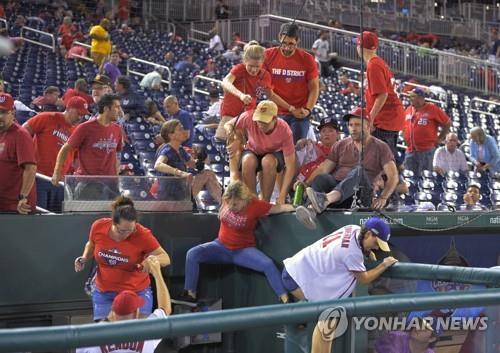 샌디에이고-워싱턴 경기 중 총성에 놀란 팬들이 경기장을 빠져나가고 있다.