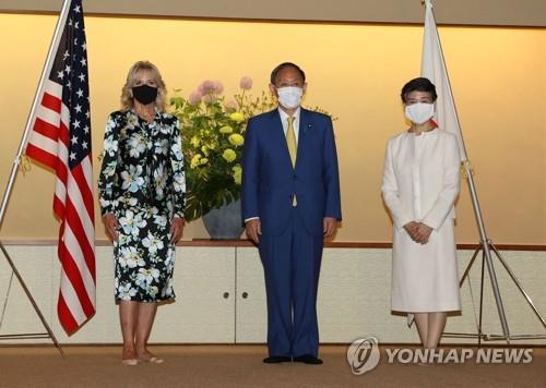 (도쿄 AFP=연합뉴스) 스가 요시히데(가운데) 일본 총리와 부인 스가 마리코 여사가 도쿄올림픽 개막 전야인 22일 도쿄 아카사카 영빈관에서 질 바이든(왼쪽) 미국 대통령 부인과 만나 기념촬영을 하고 있다. 질 여사는 도쿄올림픽 개막식 참석을 위해 이날 오후 일본에 도착했다. leekm@yna.co.kr