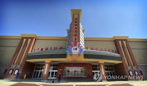 총격 사건이 발생한 캘리포니아 남부의 극장