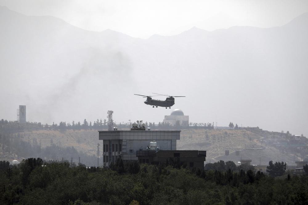 아프간 미 대사관 상공에 뜬 미 치누크 헬기