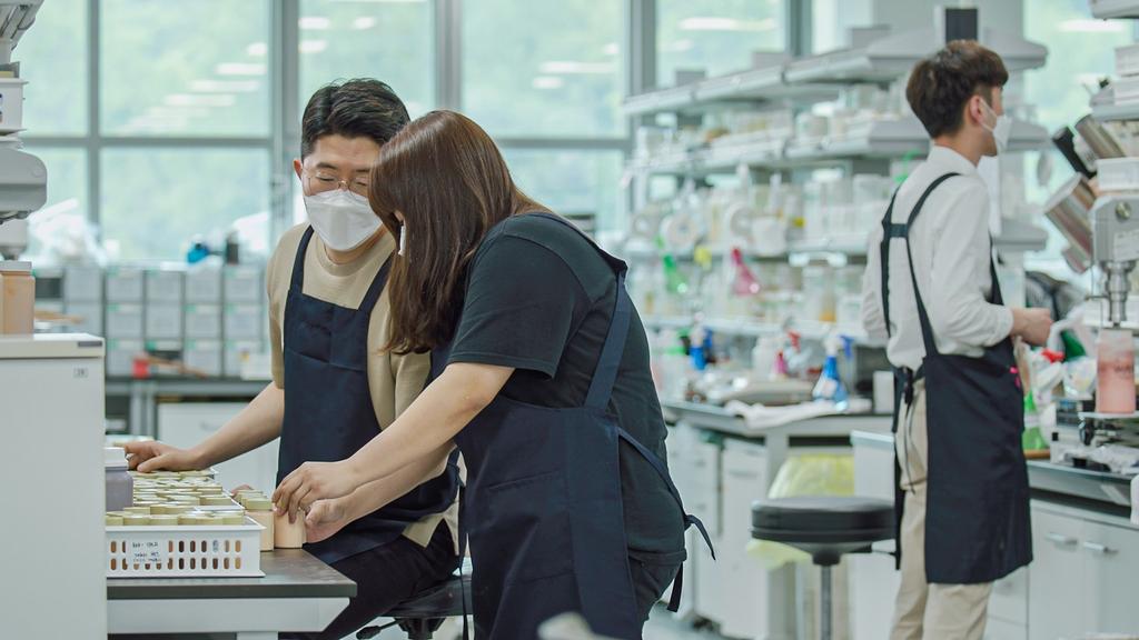 한국콜마 연구원들이 소재 연구를 하고 있다.