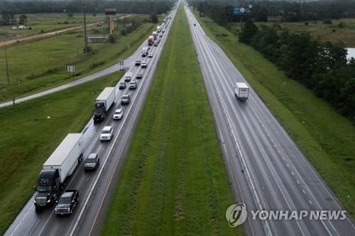 미국 남부서 허리케인 '아이다' 접근에 대피하는 차량 행렬