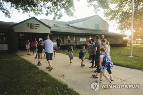 8월 30일(현지시간) 개학한 미 미시간주의 스쿨크래프트 초등학교에 학생과 학부모들이 등교하고 있다. [AFP=연합뉴스]