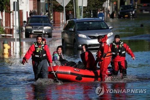 뉴욕에서 주민들을 구조하는 구급대원들[로이터=연합뉴스]