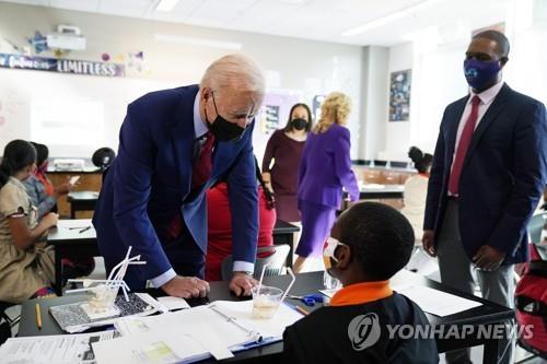 미국 워싱턴DC 브루클랜드 중학교를 찾아 교실에서 학생과 대화를 나누는 조 바이든 대통령 [AP=연합뉴스]