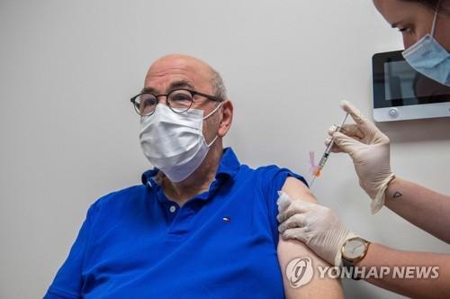 지난달 미 코네티컷의 하트퍼드병원에서 70대 암 환자가 코로나19 백신 부스터샷을 맞고 있다. [AFP=연합뉴스]