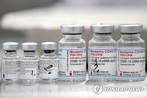 화이자(왼쪽)와 모더나의 코로나19 백신. [로이터=연합뉴스 자료사진]