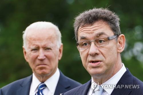 조 바이든 미국 대통령(왼쪽)과 앨버트 불라 화이자 최고경영자(CEO) [로이터=연합뉴스 자료사진]