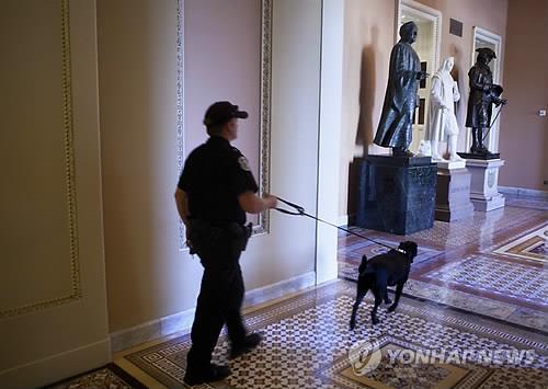 미국 국회의사당에서 경찰견과 순찰하는 경찰