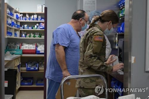 지난 16일 미국 켄터키주의 세인트 클레어 지역의료센터 약제실에서 파견된 주 방위군 요원이 일을 보고 있다. [AFP=연합뉴스 자료사진]