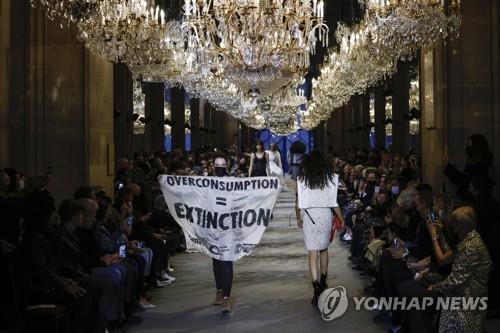 루이비통 패션쇼에 난입한 기후변화 활동가