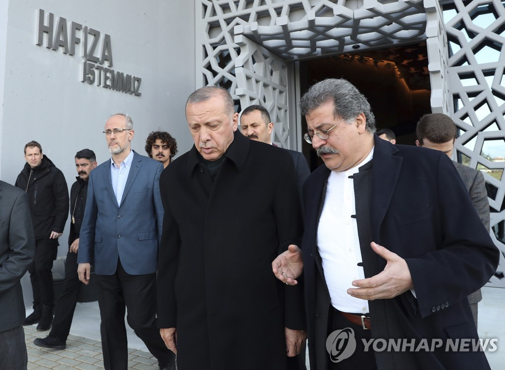 지방선거 나흘만에 첫 공개행보 나선 에르도안 터키 대통령(가운데)