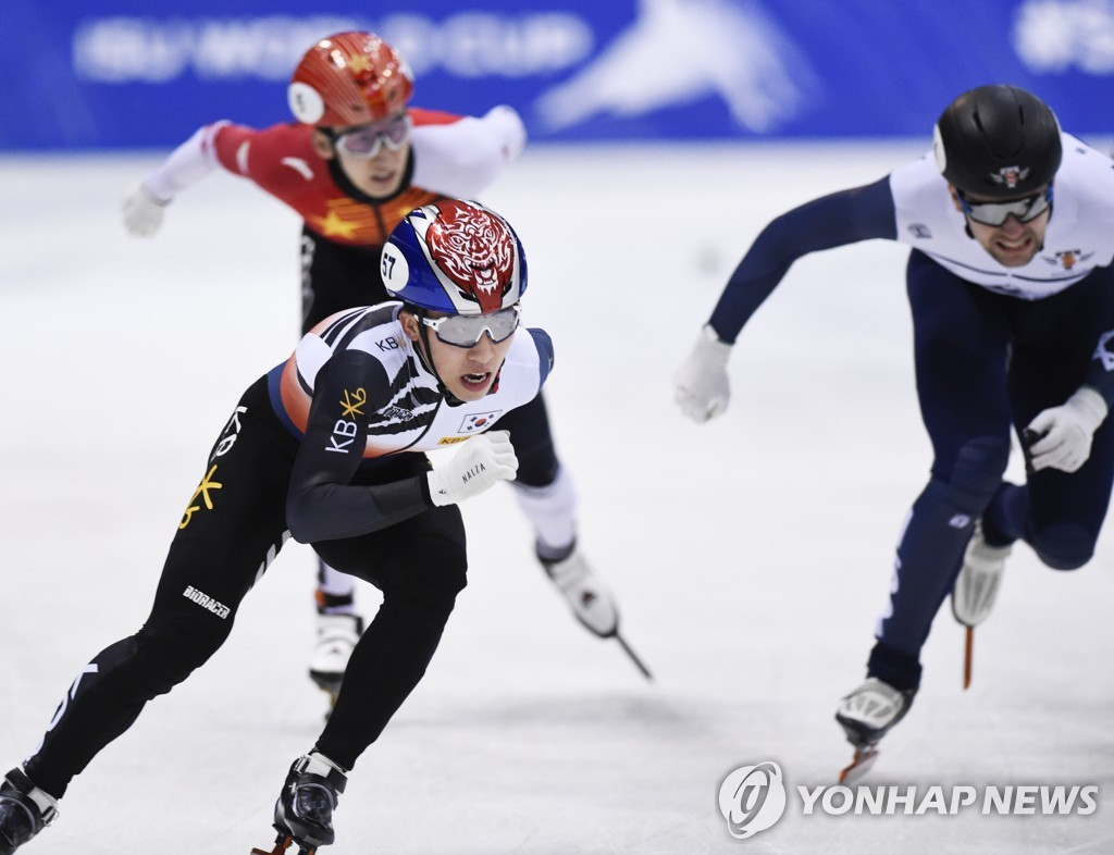 In this Associated Press file photo from Feb. 8, 2020, Park Ji-won of South Korea (L) competes in the men's 1,000-meter final at the International Skating Union (ISU) World Cup Short Track Speed Skating World Cup in Dresden, Germany. (Yonhap)