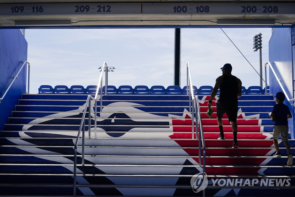In this Associated Press file photo from March 2, 2021, fans arrive at TD Ballpark in Dunedin, Florida, for a major league spring training game between the home team Toronto Blue Jays and the Philadelphia Phillies. (Yonhap)