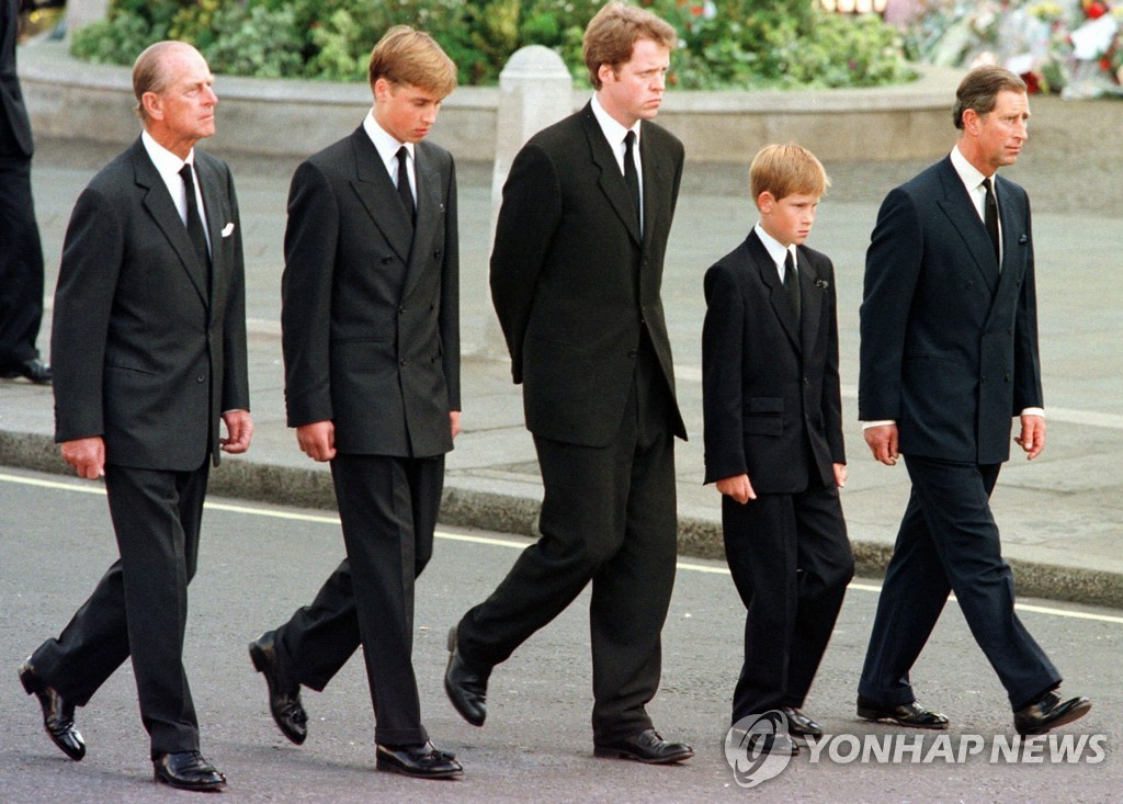 어머니 다이애나비 장례식에서 걸어가는 어린 해리(오른쪽 두번째) 왕자