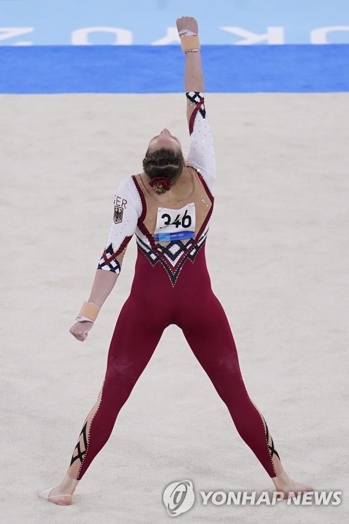 긴 하의를 입고 경기하는 독일 체조 선수.