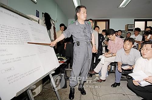 1998년 신창원 도주 상황 설명하는 경찰