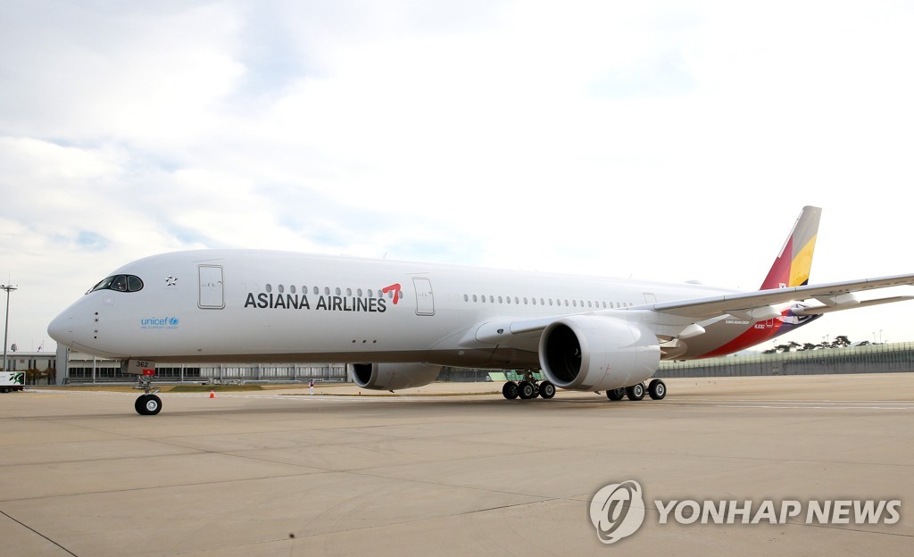 This undated file photo shows Asiana Airlines' A350 plane at the Incheon International Airport, west of Seoul. (PHOTO NOT FOR SALE) (Yonhap)