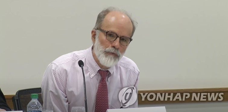 This photo, captured from the YouTube account of Harvard Law School, shows Professor J. Mark Ramseyer. (PHOTO NOT FOR SALE) (Yonhap)