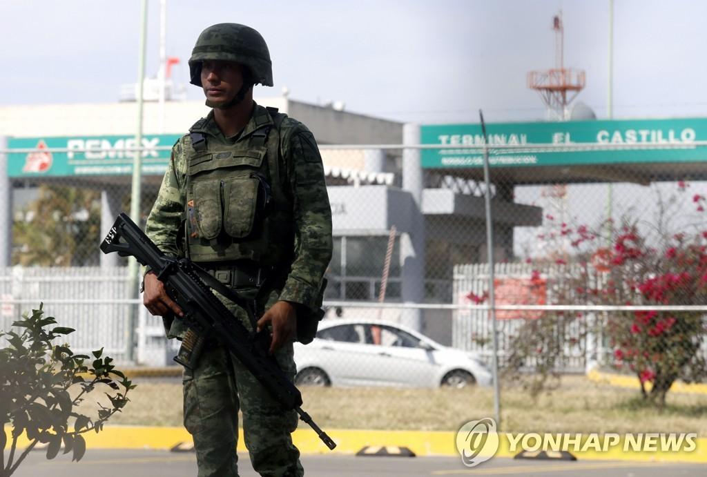 페멕스 저유소 겸 유통센터 앞을 지키는 멕시코 군인 [AFP=연합뉴스]