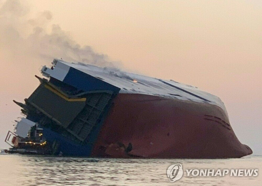 This photo released by the U.S. Coast Guard via AFP shows Coast Guard and port partners responding on Sept. 8, 2019, after the 656-foot vehicle carrier Golden Ray overturned in the St. Simons Sound near Brunswick, Georgia. (Yonhap)