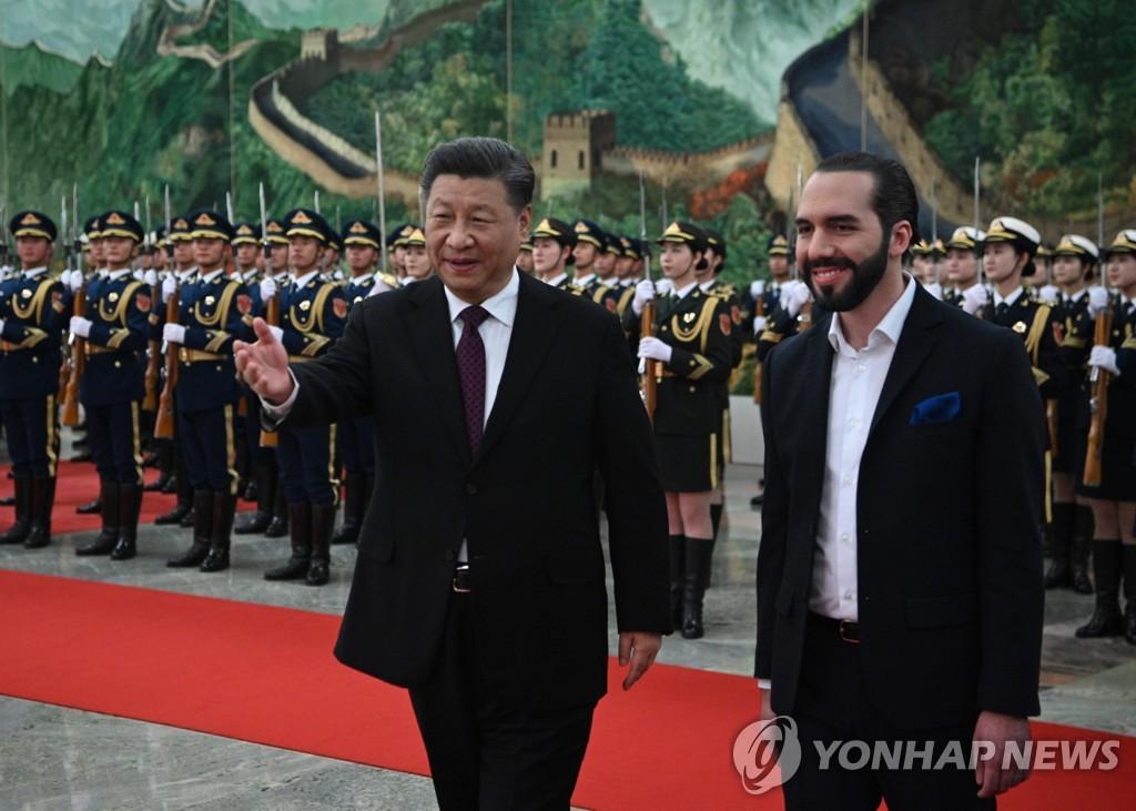 베이징서 만난 시진핑 중국 국가주석(왼쪽)과 부켈레 엘살바도르 대통령