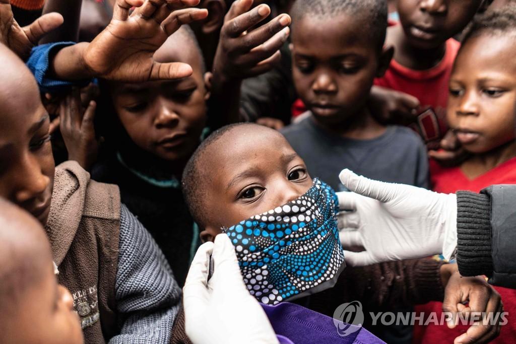 마스크 등 코로나19 구호물품 배급 장소에 모인 케냐 어린이들