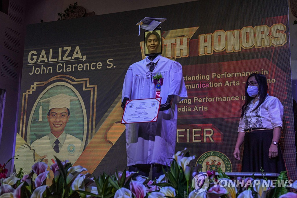 PHILIPPINES-HEALTH-VIRUS-GRADUATION