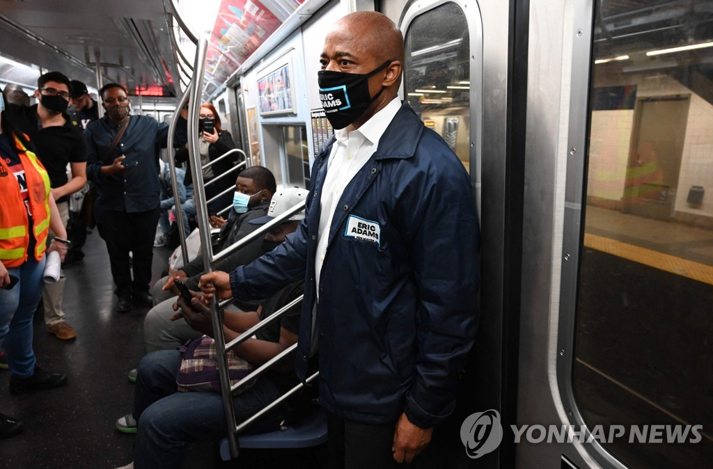 뉴욕 지하철 탐방하는 에릭 애덤스 뉴욕시장 후보