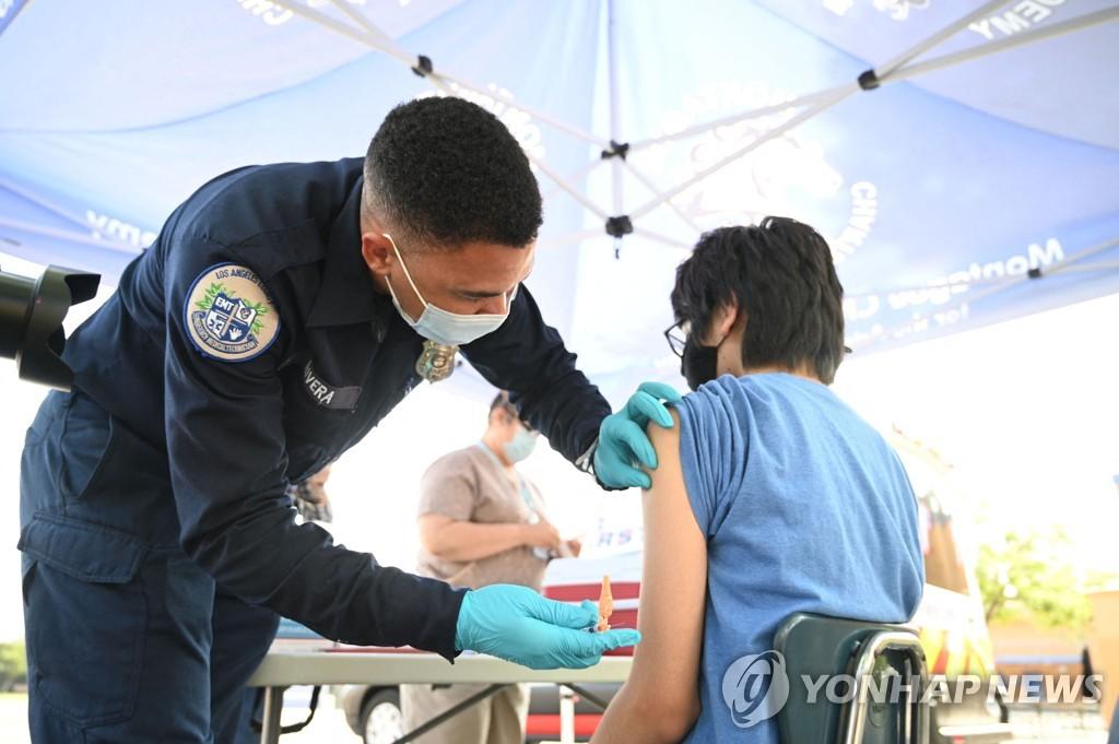 23일(현지시간) 미국 캘리포니아주 로스앤젤레스에서 신종 코로나바이러스 감염증(코로나19) 백신 접종이 이뤄지고 있다. [AFP=연합뉴스]