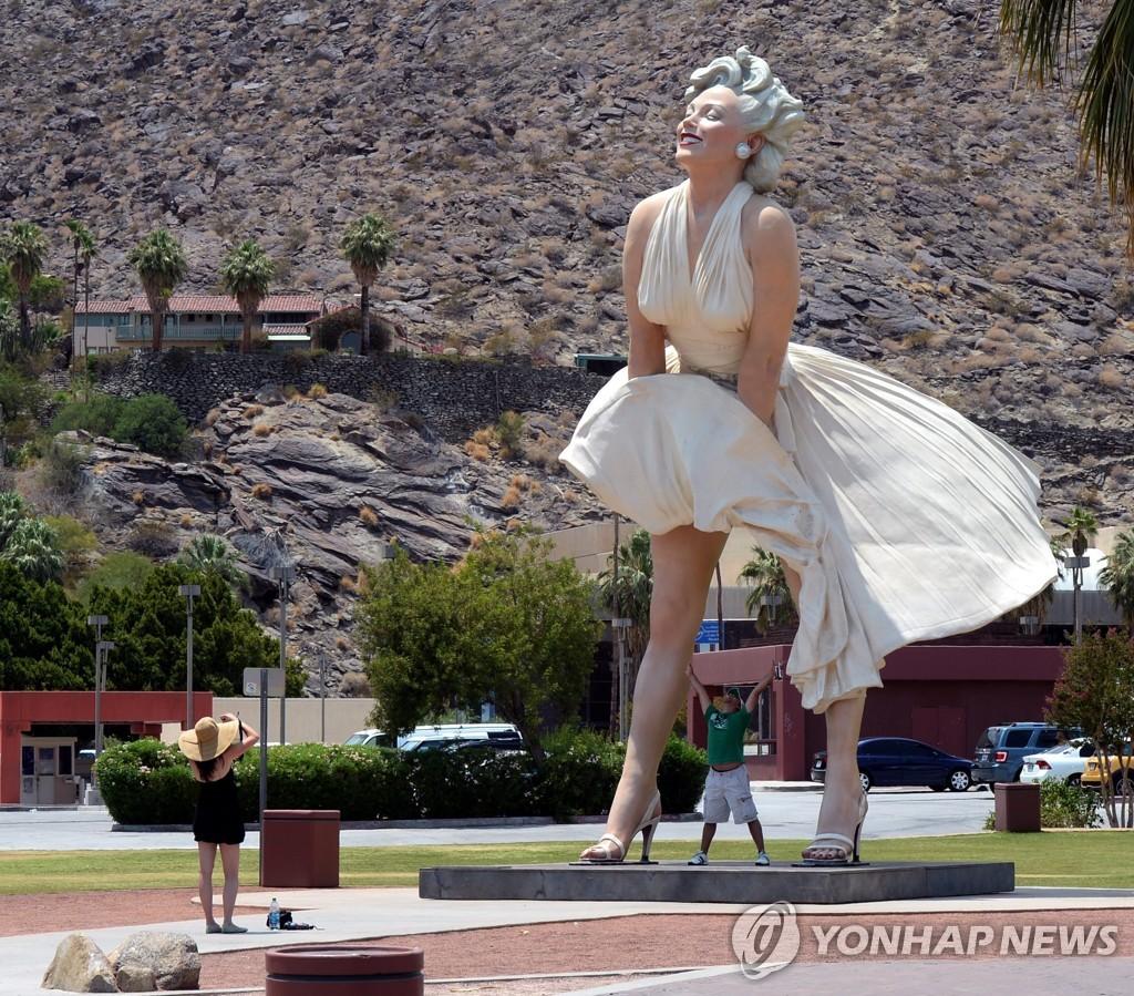 사진은 2013년 팜스프링스에 설치된 메릴린 먼로 동상 아래에서 관광객들이 사진을 찍는 모습. [EPA=연합뉴스 자료사진]