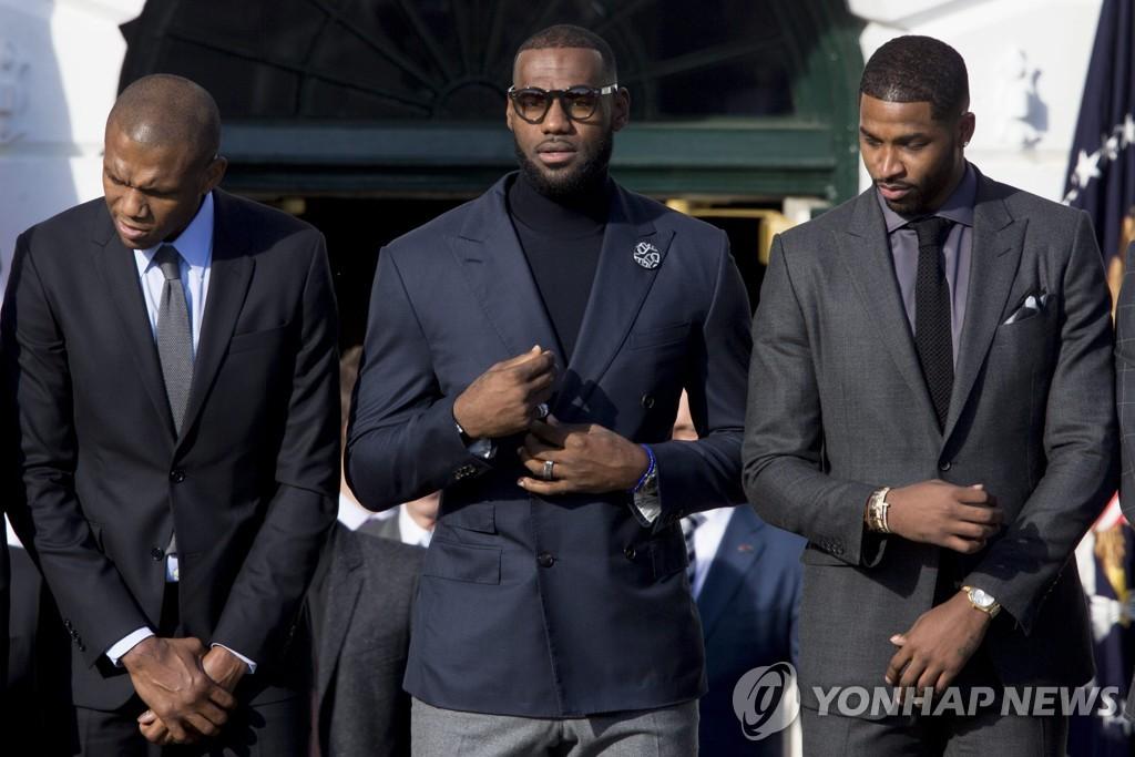 2016년 오바마 전 미국 대통령 재임 당시 백악관을 찾은 르브론 제임스(가운데).