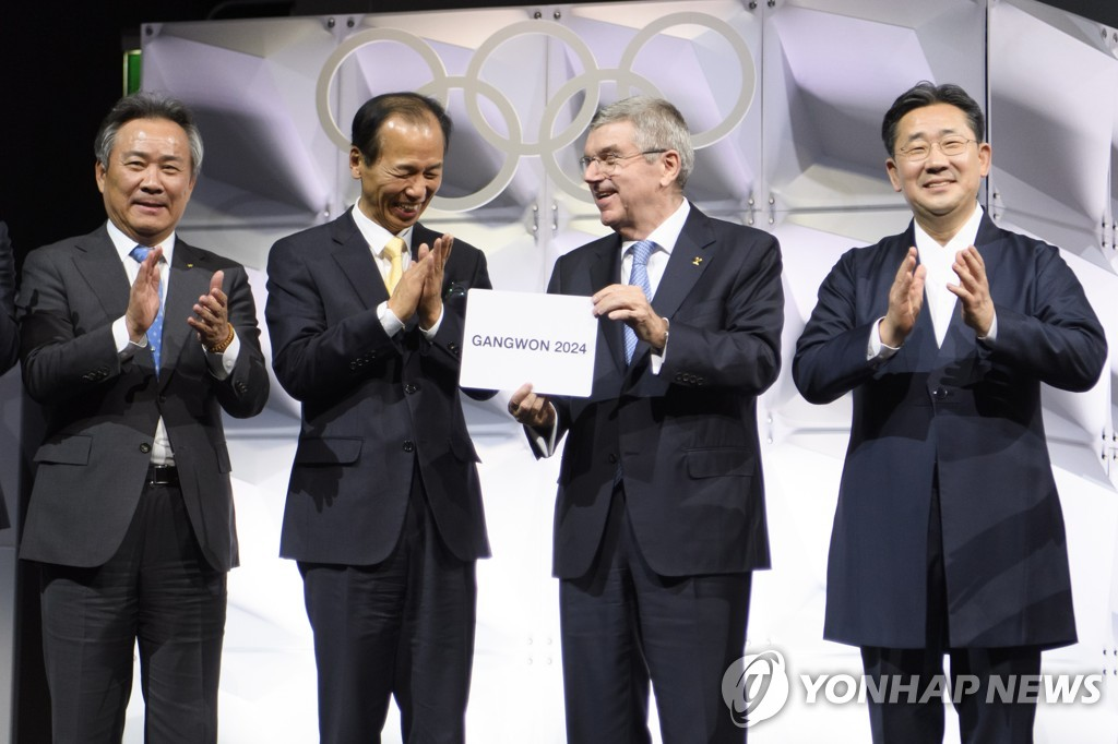 In this EPA photo, International Olympic Committee (IOC) President Thomas Bach (2nd from R) holds a card showing the name of Gangwon Province of South Korea as the host of the 2024 Winter Youth Olympics, following an election at the 135th IOC Session in Lausanne, Switzerland, on Jan. 10, 2020. Others with Bach are, from left: Lee Kee-heung, president of the Korean Sport and Olympic Committee, Choi Moon-soon, governor of Gangwon Province, and, to Bach's left, Park Yang-woo, South Korean minister of culture, sports and tourism. (Yonhap)
